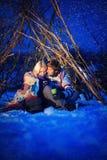 Des couples dans l'amour la nuit, thé de boissons, il neige Image libre de droits