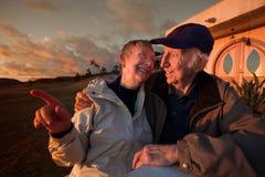 Des couples plus anciens à l'extérieur images libres de droits