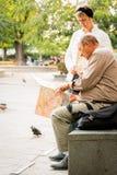 Des couples plus anciens à la place de ville à Budapest regardant une ville tracent Photos stock