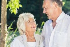 Des couples plus anciens étant dans l'amour Photo libre de droits