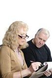 Des couples plus anciens allant au-dessus des charges images stock