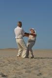 Des couples plus anciens dans l'amour images stock
