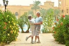 Des couples plus anciens dans le jardin exotique Images libres de droits