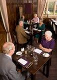 Des couples plus anciens dans le restaurant Image libre de droits