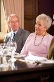 Des couples plus anciens dans le restaurant Photos libres de droits