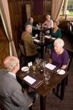 Des couples plus anciens dinant dans le restaurant Images libres de droits