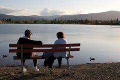 Des couples plus anciens en stationnement Photos libres de droits