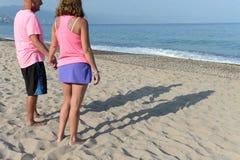 Des couples plus anciens se tenant sur la plage images stock