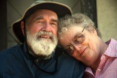 Des couples plus anciens sur le porche   Images libres de droits