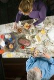 Des couples plus anciens à un Tableau de déjeuner - verticale Photo libre de droits
