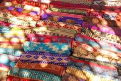 Des couvertures tibétaines colorées chaudes sont vendues sur le marché en Inde Bazaa photographie stock