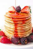 Des crêpes savoureuses de petit déjeuner avec le mora de fruit, de fraises et de mûres sont versées avec de la confiture de syrop image libre de droits