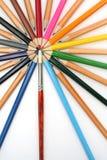 Des crayons de couleur ont été construits autour d'un balai d'art Images stock