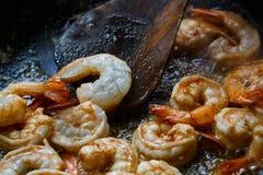 Des crevettes roses de tigre sont faites frire sur une casserole Photographie stock libre de droits