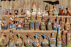 Des cruches décoratives de vin de poterie de terre sont vendues sur le marché de touristes de la ville historique Mtskheta près d images stock