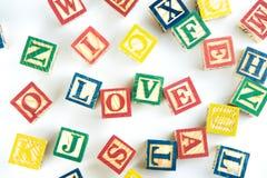 Des cubes en bois en jouet sont employés pour créer l'amour de mot, le concept o d'amour Images libres de droits
