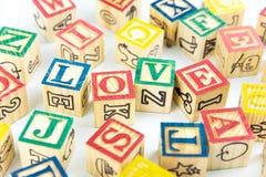 Des cubes en bois en jouet sont employés pour créer l'amour de mot, le concept o d'amour Photographie stock libre de droits