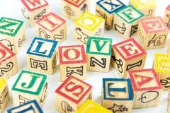 Des cubes en bois en jouet sont employés pour créer l'amour de mot, le concept o d'amour Photo libre de droits
