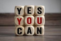 Des cubes et des matrices avec le slogan oui vous pouvez photo stock