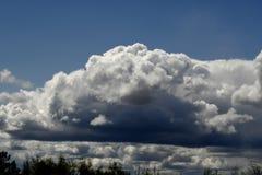 Des cumulus sont rassembl?s sous forme de c?ne photo libre de droits