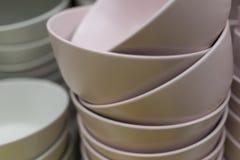 Des cuvettes en céramique sont empilées sur l'un l'autre images stock