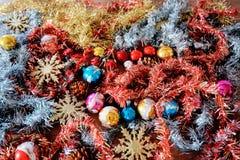 Des décorations de Noël attendent pour être employées et sont maintenant le temps Photos libres de droits