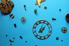 Des détails de vieilles montres sont dispersés sur la table photo libre de droits
