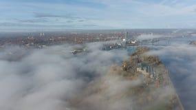 Des Daugavafluß Zakusala-Insel-Rauchwolken-Inselluftbrummens Rigas Lettland Draufsicht stockbild