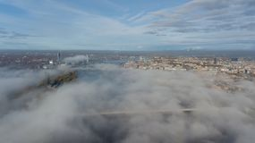 Des Daugavafluß Zakusala-Insel-Rauchwolken-Inselluftbrummens Rigas Lettland Draufsicht lizenzfreie stockfotografie