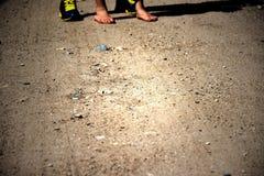 Des deux paires de pieds se tenant sur une route Photographie stock