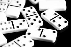 Des dominos sont dispersés sur une surface foncée Rebecca 36 image stock