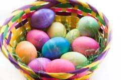 Des douzaine oeufs pâques dans un panier de Pâques Image libre de droits