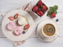Des Draufsichtespressos des Eiscremevanille- und -erdbeerkaffees rustikales Morgenfrühstück lizenzfreies stockbild
