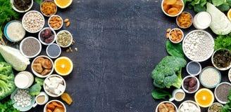 Des Draufsichtrahmens der Kalziumvegetarier sauberes Essen des gesunden Lebensmittels stockfotos