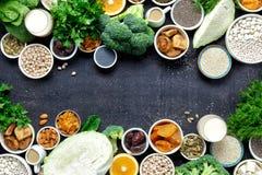 Des Draufsichtrahmens der Kalziumvegetarier sauberes Essen des gesunden Lebensmittels stockbild