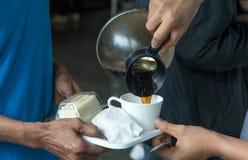 des employés sont servis la pause-café entre se réunir et casse-croûte sur le plat, concept de café photographie stock libre de droits