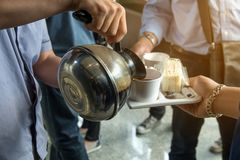 des employés sont servis la pause-café entre se réunir et casse-croûte sur le plat, concept de café photo libre de droits