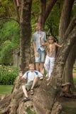 Des enfants jouant en parc Photographie stock