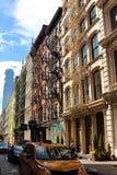 Des escaliers typiques de sortie de secours peuvent être trouvés dans le voisinage étonnant de Brooklyn, NYC Image libre de droits