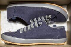 Des espadrilles bleues élégantes sont stockées à l'intérieur d'une boîte en carton Photo stock