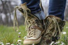 Des espadrilles dans le pré de fleur - transformez votre étape en ressort ! Photographie stock libre de droits