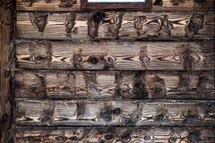 Des faisceaux en bois texturisés de chêne sont isolés avec des serviettes dans la vieille maison Photos stock