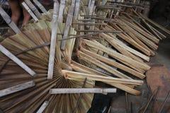 Des fans traditionnelles de main sont faites chez Cholmaid dans l'union de Dhaka's Bhatara après l'apport des matières première image stock
