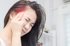 Des femmes font haed la douleur Images stock