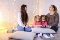 Des femmes plus âgées et des bébés quatre communiquent et occupé avec propre af Images libres de droits