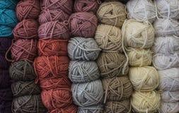 Des fils bulgares classiques s'appellent de longs, continus, tordus fils ou fibres utilisés dans l'industrie textile pour tisser, Images libres de droits