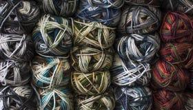Des fils bulgares classiques s'appellent de longs, continus, tordus fils ou fibres utilisés dans l'industrie textile pour tisser, Photographie stock