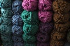 Des fils bulgares classiques s'appellent de longs, continus, tordus fils ou fibres utilisés dans l'industrie textile pour tisser, Images stock