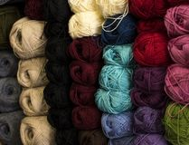 Des fils bulgares classiques s'appellent de longs, continus, tordus fils ou fibres utilisés dans l'industrie textile pour tisser, Photo stock