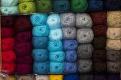 Des fils bulgares classiques s'appellent de longs, continus, tordus fils ou fibres utilisés dans l'industrie textile pour tisser, Photo libre de droits
